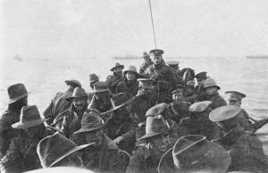 Soldater fra 1st Divisional Signal Company blir tauet i båt inn mot stranden i Gallipoli om morgenen søndag 25. april 1915. Foto: Australian War Memorial.