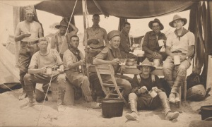 Anzac-soldater i en leir på Gallipolihalvøya i 1915. Foto: State Library of Victoria.