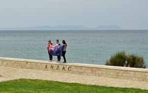 Tre unge kvinner fra New Zealand hedrer sine forfedre ved minnesmerket i Anzac-viken. Foto: Fredrik Larsen Lund.